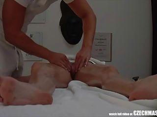 sexo apasionado en la mesa de masaje