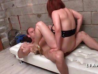 joven libertino aux gros seins se fait defoncer le cul