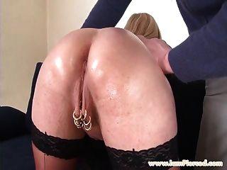 estoy perforado busty milfwith piercings piercing sexo anal áspero