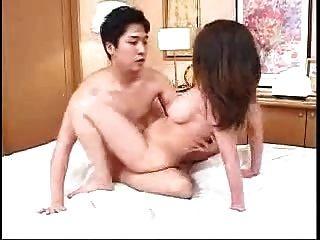 mamá japonesa y no hijo se sirve el uno al otro (sin censura)