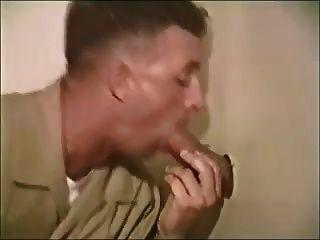 chicos militares chupando en el baño