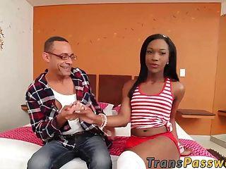 transexual negro kimberly ebano ama pica dura dentro de su culo