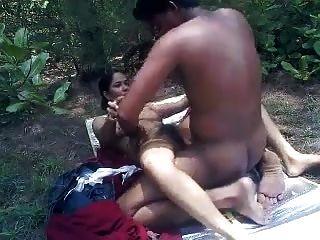 amantes del desi jugando al sexo en el parque