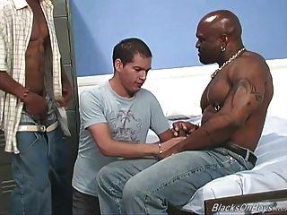 chico blanco aficionado se gangbanged por dudes negro