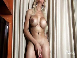 azeneth en una falda rosada corta