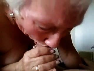 ¡la abuelita le da una mamada seria!