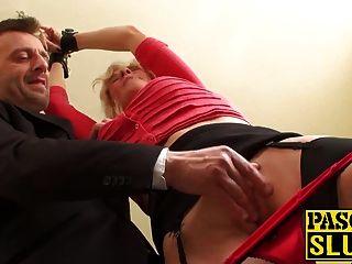 abuela se perfora mientras esposado