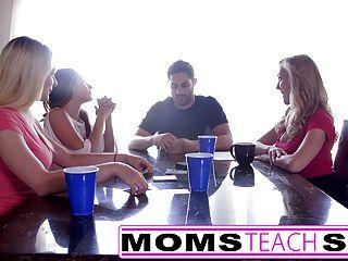 momsteachsex mamá caliente y amigos adolescentes follando orgía con el vecino