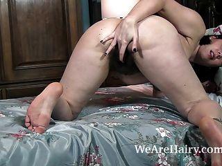 sharlyn se desnuda y se masturba en su cama