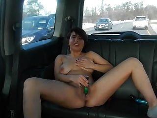 chica se masturba en el coche