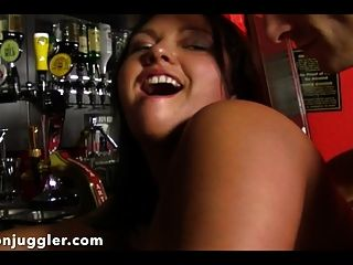 lucy en el pub conseguir culo follada