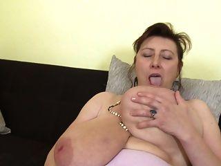 hermosa mamá con súper tetas y coño hambriento