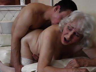 abuelita con coño peludo teniendo sexo con niño