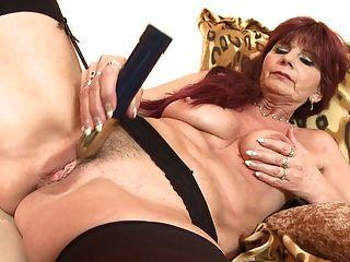 vieja pero todavía la abuelita atractiva necesita un buen sexo