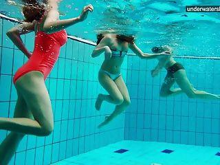 3 chicas desnudas se divierten en el agua