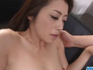 maki hojo intenta una polla enorme en su cereza puffy