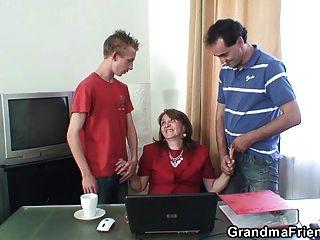 oficina 3some con la abuelita de 80 años en las medias