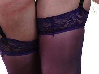 sexy cabeza roja en medias de color púrpura con un tiempo travieso