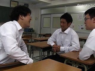 busty estudiantes universitarios dando un buen handjob