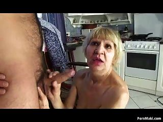 abuelita folla con su hijo por dinero