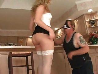 princesa recibe su culo lamido por su esclavo en la cocina