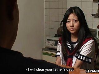 adolescente asiática limpiar la deuda de su padre con el sexo