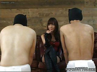 japanese femdom takakura cara sentada y bofetada cara