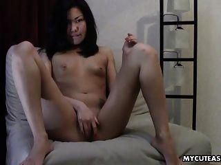 adorable pequeño asiático titty desnudo bebé frotando en su clitty