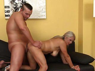 verdadera madre madura folla a su joven amante