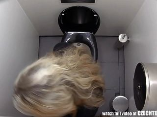debe ver lo que hacen las niñas en el baño