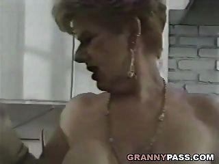 abuelita folla joven polla en la cocina