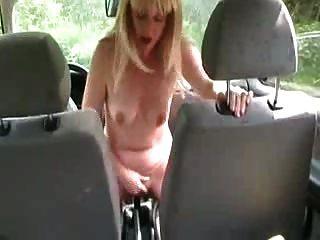 una esposa sentarse en el palo de engranajes del coche fuera