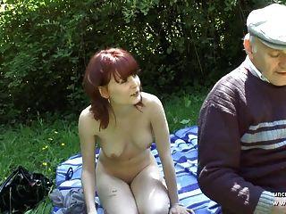 bastante joven francés pelirroja golpeado por oldman voyeur al aire libre