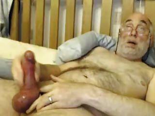 bi abuelo juega con su gran polla