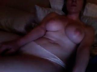 chica caliente viendo porno y masturbarse