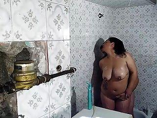 laura y saul en la ducha