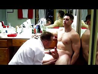 el soldado grande del músculo del dick consigue mantenido (blowjob jo \u0026 cum)