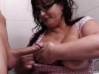 grasa caliente recogido y follado en el baño