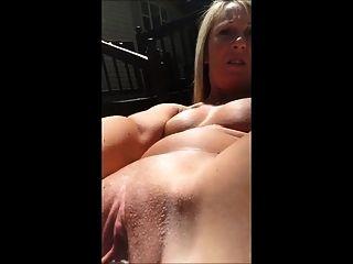 gringa selfie masturbandose con su gran consolador