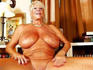 vieja abuela con tetas enormes y cuerpo bronceado