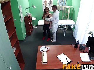 Doctor caliente examina alexs apretado coño con su polla dura