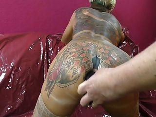 mujer tatuada escupir culo se conecta de su arsehole.