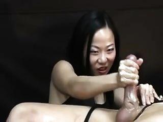 mujer asiática torturándolo pos de orgasmo