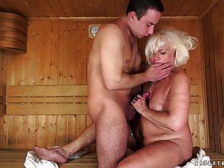 abuelita follada en la sauna