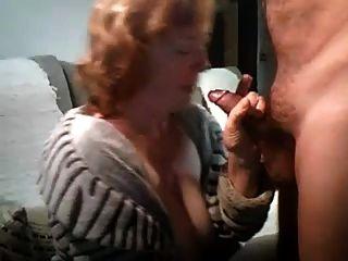hombre en 60s se sopla por esposa en la cámara