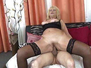 hermosa mamá antigua seducir joven hijo cachonda