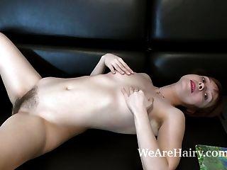trixie tiras y se masturba en su sofá negro