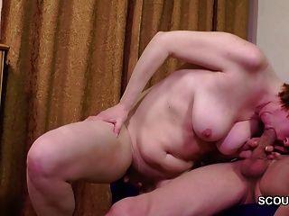 papá seduce a mamá peluda para follarla por primera vez anal