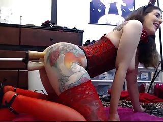 chica tatuada jugando con sus dos agujeros en la webcam
