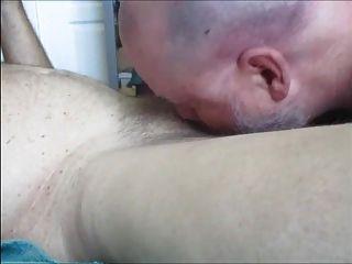 El fontanero enchufado a tope y tapado consigue el pene bombeado y roto.